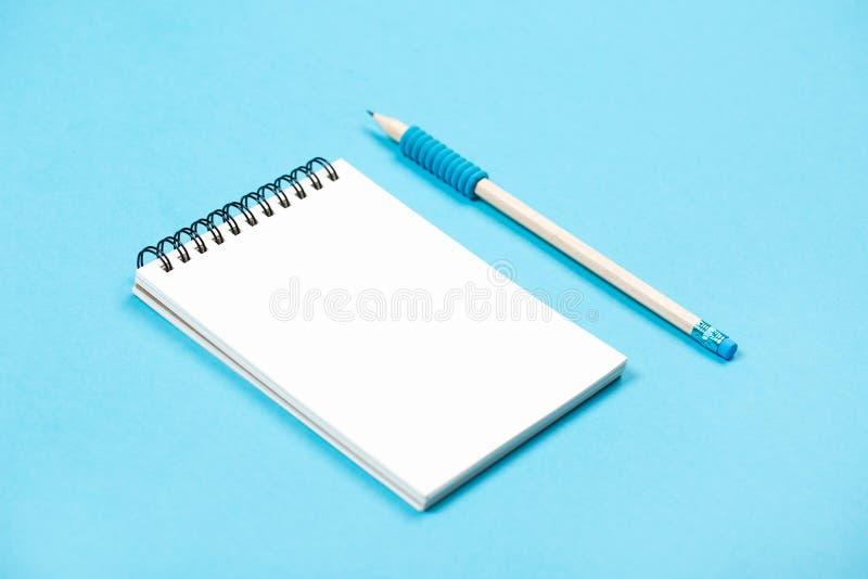 与铅笔的螺旋笔记薄作为设计的大模型 免版税图库摄影