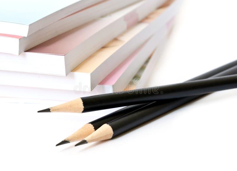 黑铅笔和书。 免版税库存图片