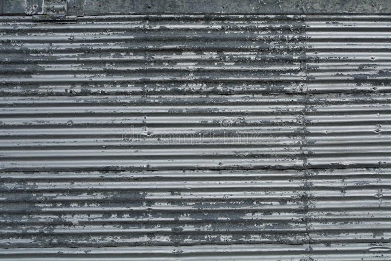 与铆钉的波纹状的金属板仿造纹理背景 免版税库存照片