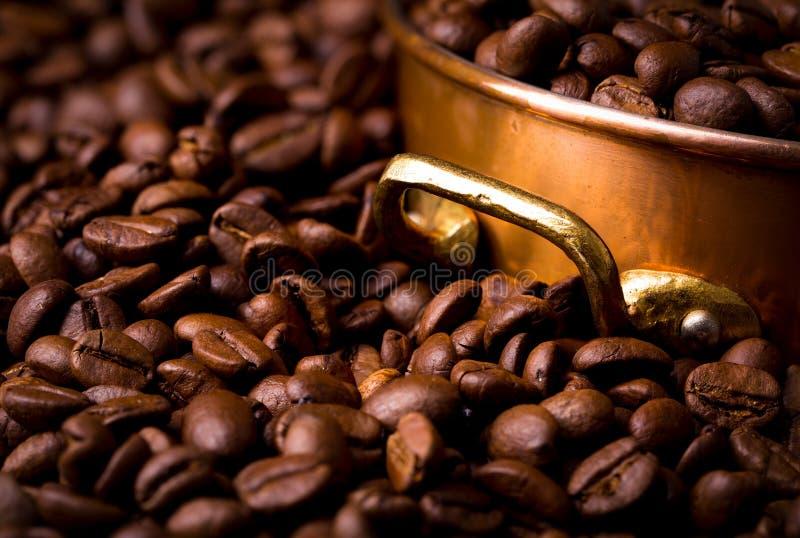 与铜罐,充分的框架的咖啡豆 库存图片