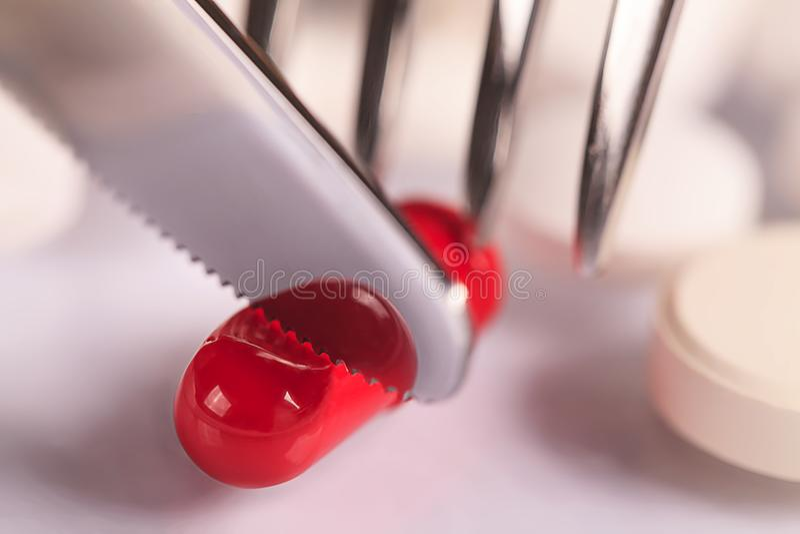 与银器和药片的食物药片、刀子和叉子医疗餐具 库存图片