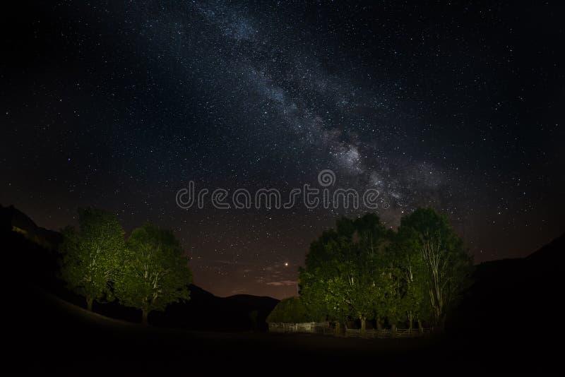 与银河星系在特兰西瓦尼亚山,夏夜的夜风景在罗马尼亚 图库摄影