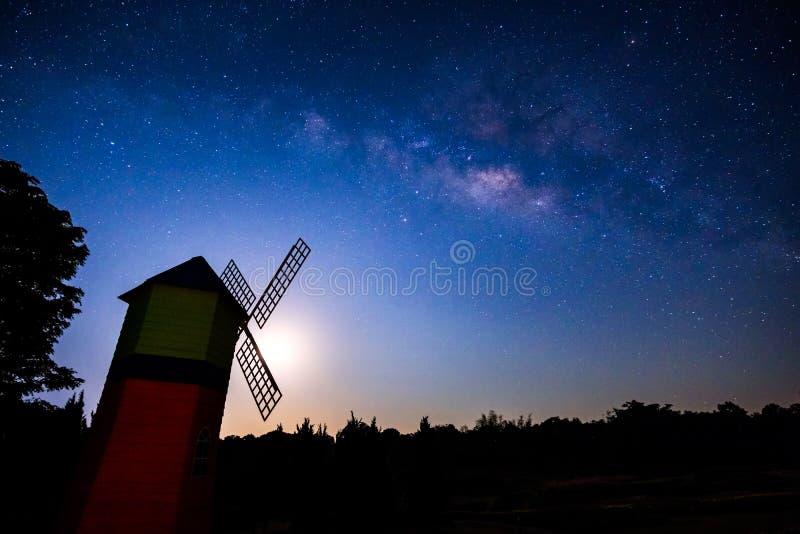 与银河星系的夜空 免版税图库摄影
