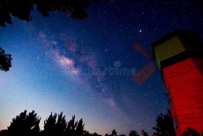 与银河星系的夜空 免版税库存照片