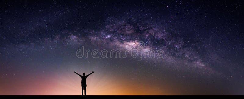 与银河星系的风景 与星和silhou的夜空 库存图片