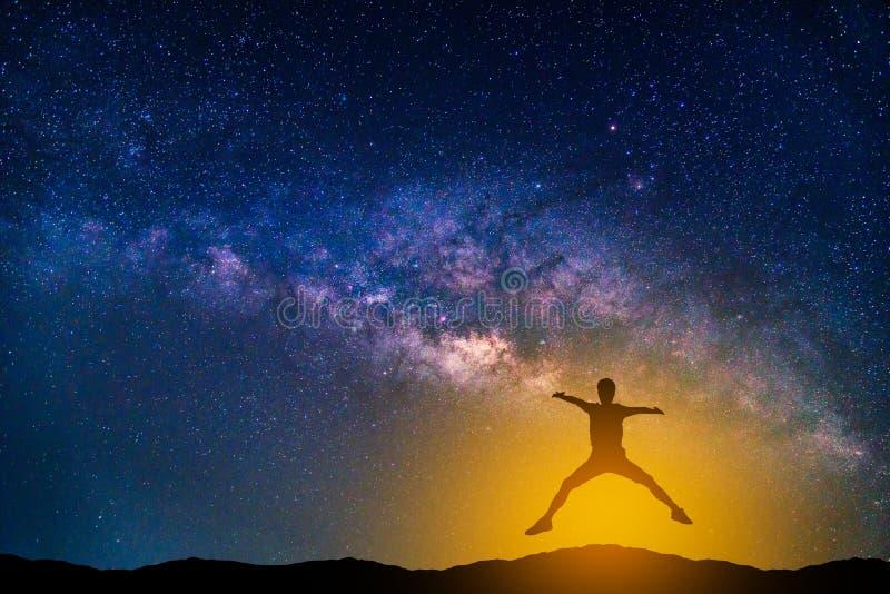 与银河星系的风景 夜空星形 库存图片