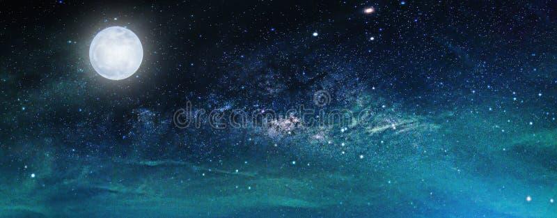 与银河星系的风景 夜空星形 免版税库存图片
