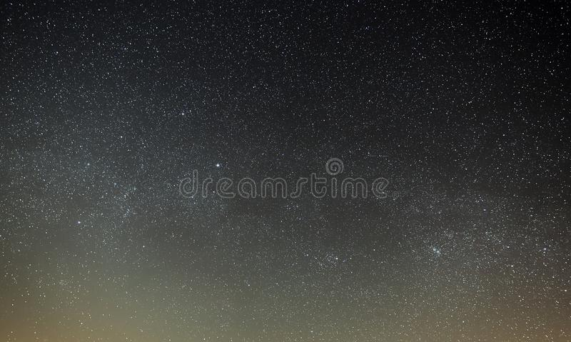 与银河的一个明亮的星的夜空 地区莫斯科一幅全景 库存图片