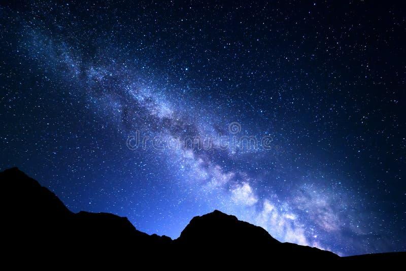 与银河的夜风景 满天星斗的天空,宇宙 免版税库存图片
