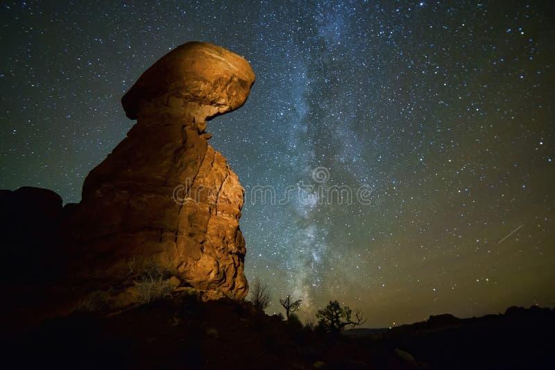 与银河的平衡的岩石 免版税图库摄影