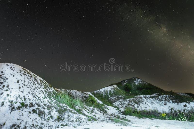 与银河的繁星之夜天空在白色白垩纪小山 与白垩土坎的夜自然风景 库存照片