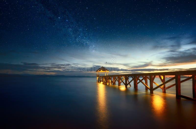 与银河的美好的夜海景在天空和码头stre 库存图片