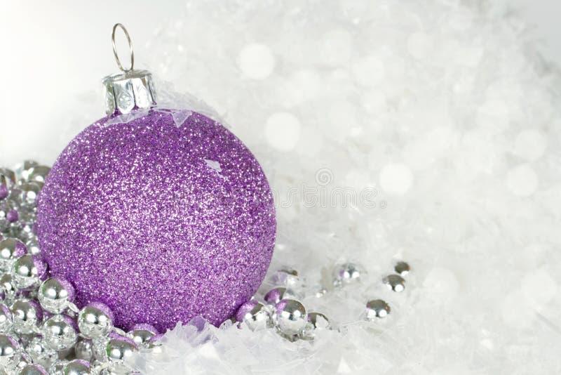 与银色小珠的紫色圣诞节中看不中用的物品 免版税库存照片