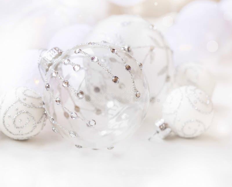 与银色闪烁和水晶, b的欢乐玻璃圣诞节球 库存图片