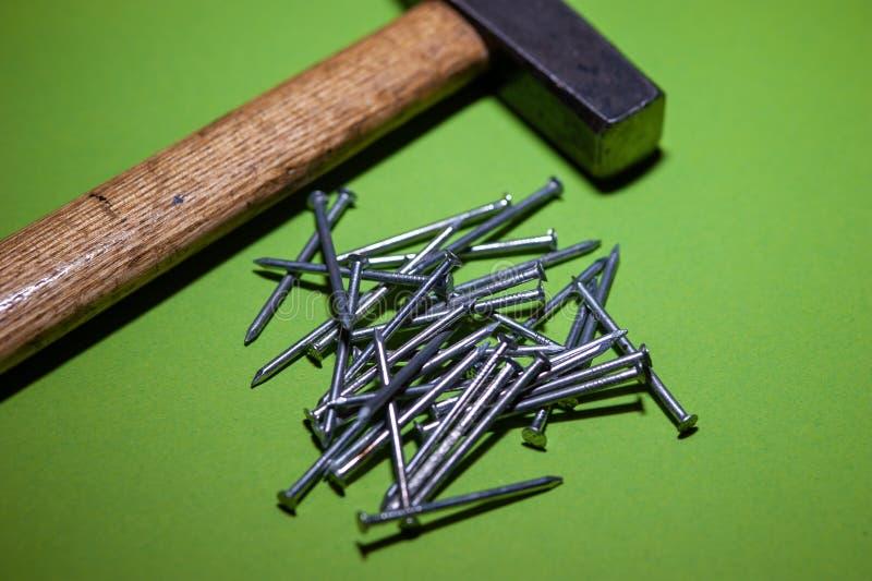 与锤子的钉子堆 免版税库存照片