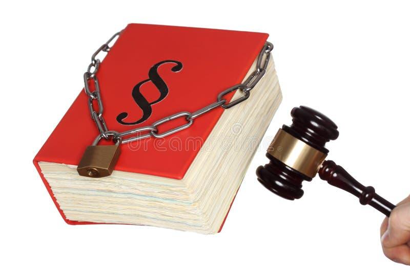 与锤子的锁着的书 免版税库存图片