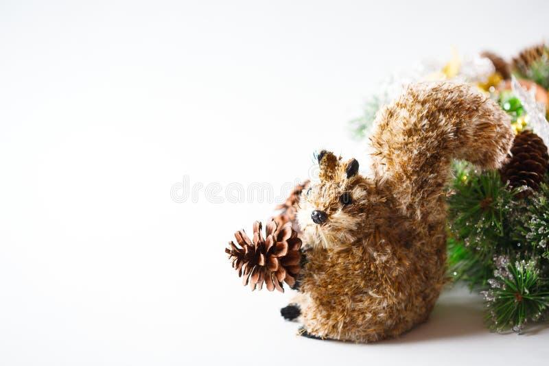 与锥体和灰鼠的圣诞节装饰 免版税图库摄影
