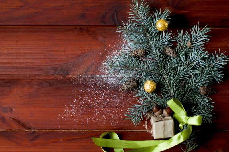与锥体和玩具的冷杉木分支在木板 库存图片