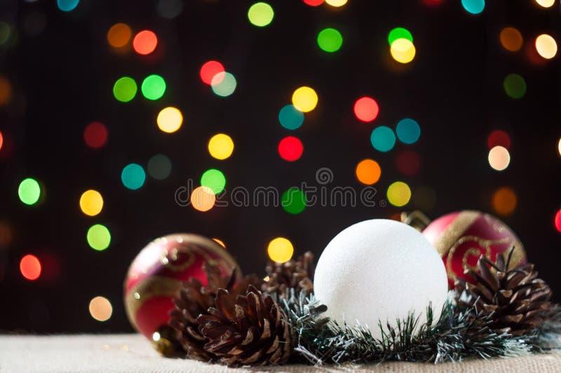 与锥体的新年的和圣诞节球在背景bokeh 免版税图库摄影