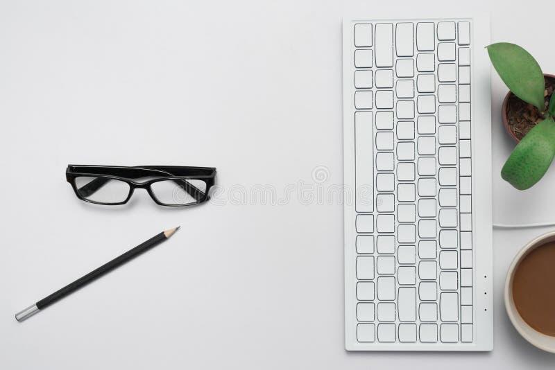 与键盘和咖啡一起使用 库存照片
