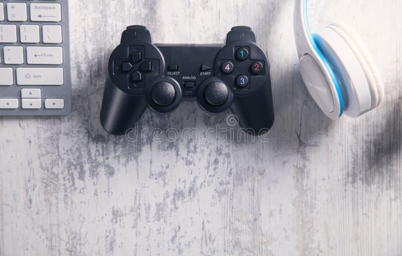 与键盘和耳机的比赛控制器 打电子游戏 免版税库存图片