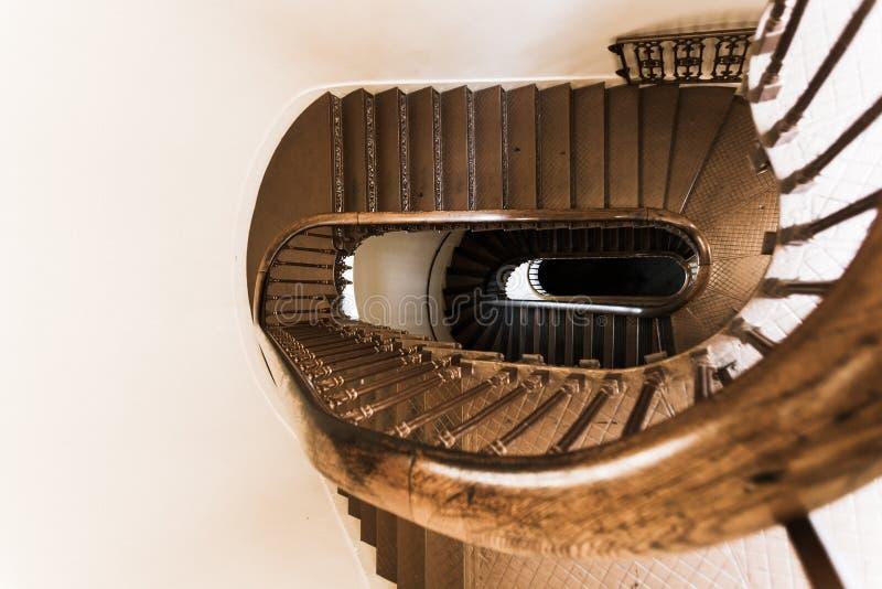 与锻铁和woode的椭圆形的螺旋葡萄酒楼梯 库存图片