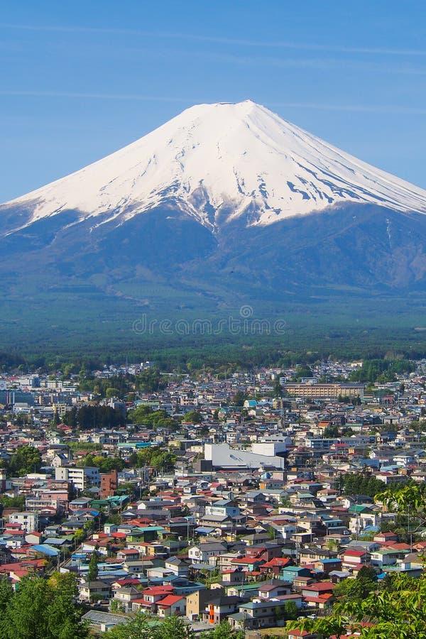 与镇前景和好的清楚的天空的山富士 免版税库存图片