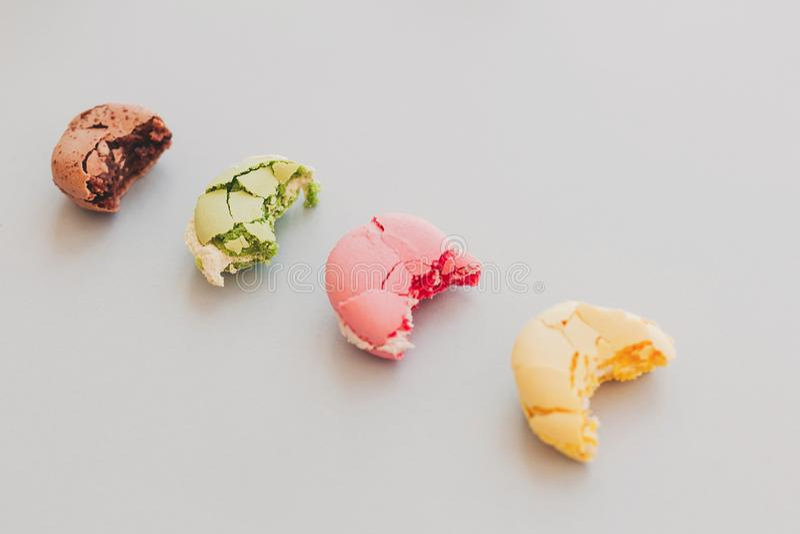 与镇压和奶油的可口五颜六色的被咬住的蛋白杏仁饼干在tre 免版税图库摄影