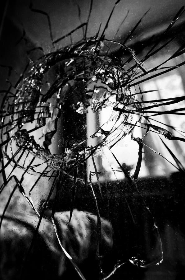 与镇压和孔特写镜头的残破的玻璃 免版税库存图片