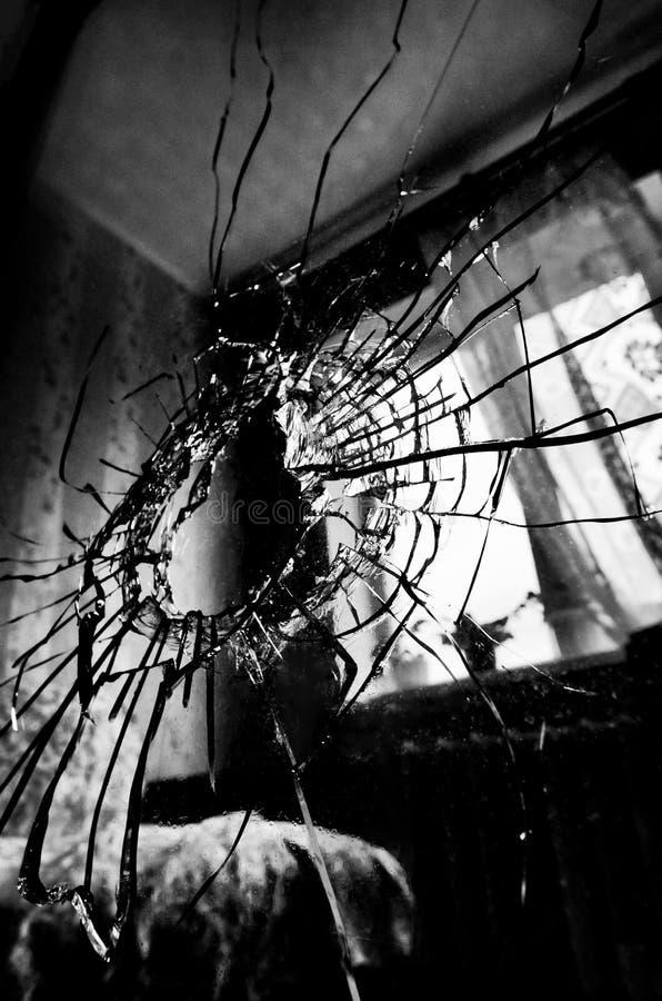 与镇压和孔的打破的玻璃传统化了黑白影片 免版税库存图片
