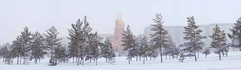 与镇教会的冬天风景 库存图片