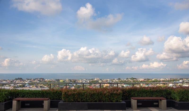 与镇的风景水平线海边 免版税库存照片
