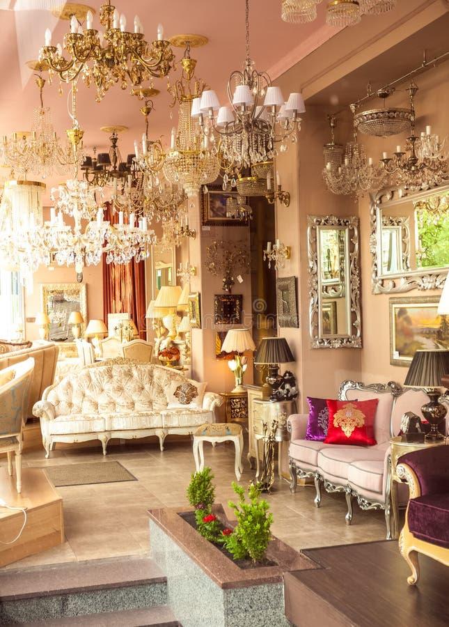 与镜子、灯和沙发的经典法国内部 图库摄影