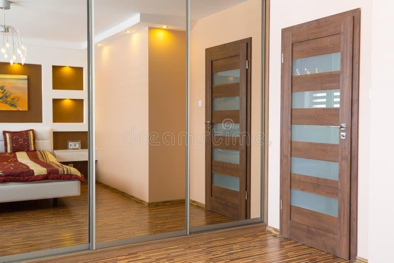 与镜子的主卧室内部 免版税库存图片