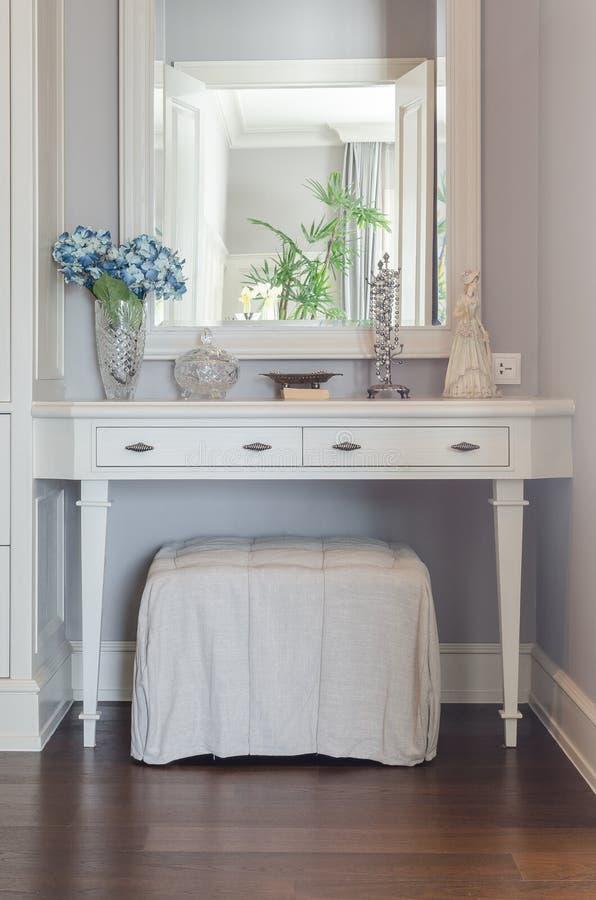 与镜子的白色梳妆台 库存图片