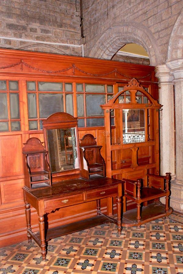 与镜子的葡萄酒梳妆台在班格洛宫殿  免版税库存图片