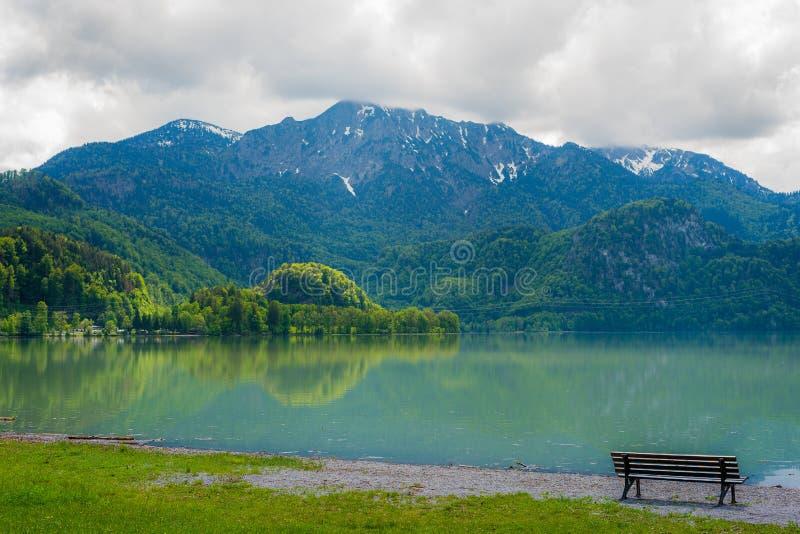 与长凳的美好的山场面在湖 库存照片