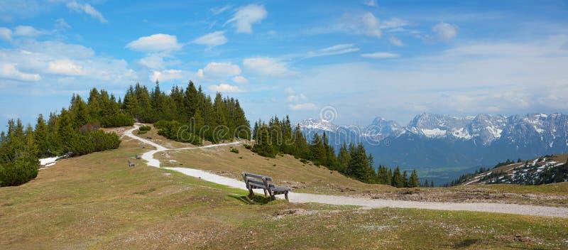与长凳的观点在手淫山,全景风景巴伐利亚 免版税图库摄影