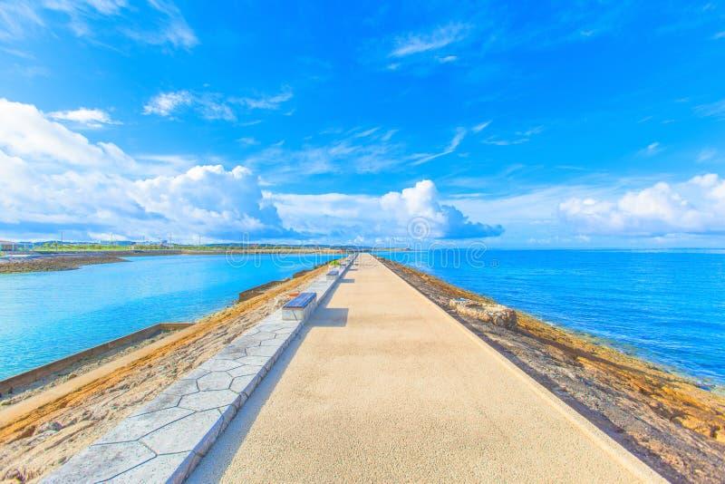 与长凳的防堤在冲绳岛 库存照片