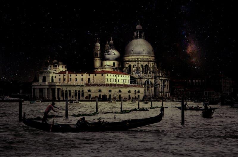 与长平底船的艺术减速火箭的图象在运河重创在与木板条地板的晚上前景,满月和乳状的,威尼斯,它 免版税库存图片