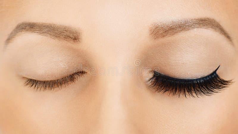 与长的假睫毛的女性眼睛,在作用前后 睫毛引伸,构成,化妆用品,秀丽 免版税库存照片