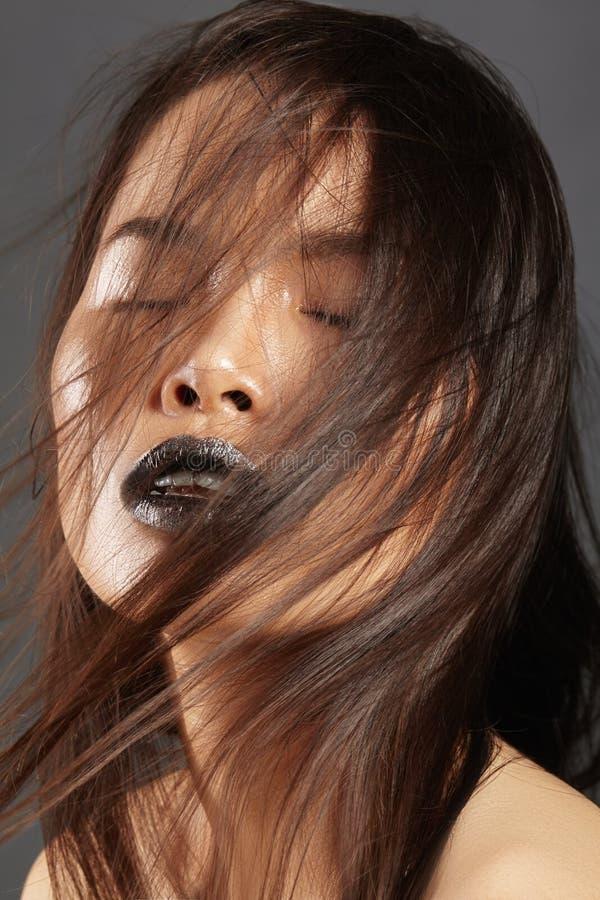 与长的吹的头发的时装模特儿 有美丽的布朗头发的魅力亚裔美丽的妇女 时尚样式,干净的皮肤 免版税图库摄影