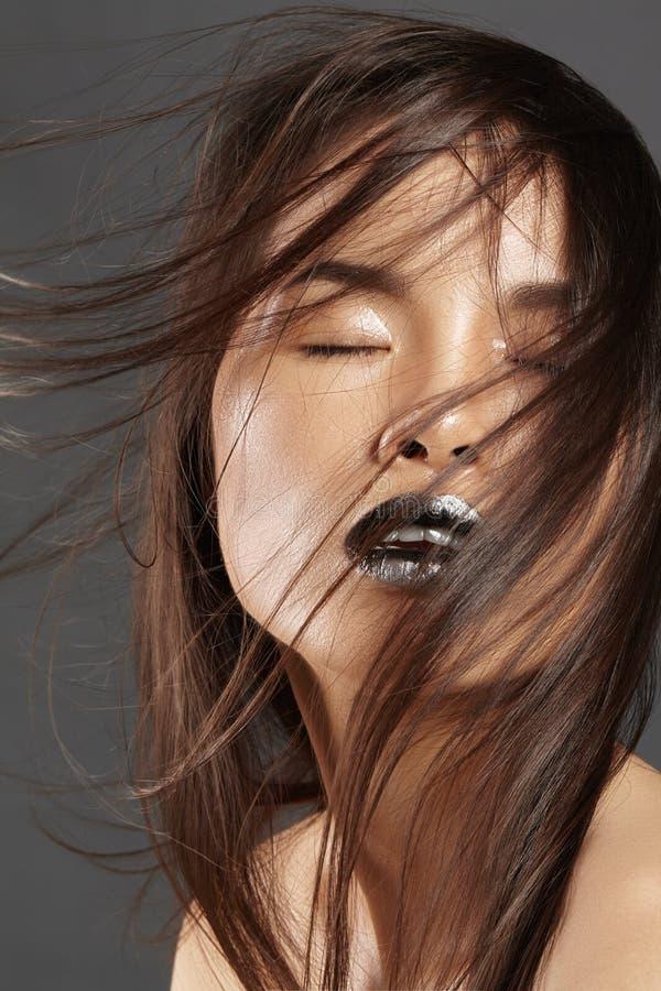 与长的吹的头发的时装模特儿 有美丽的布朗头发的魅力亚裔美丽的妇女 时尚样式,干净的皮肤 库存照片