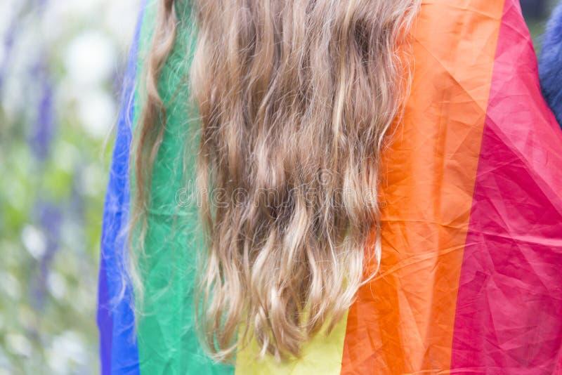 与长的头发的彩虹旗子 免版税库存照片