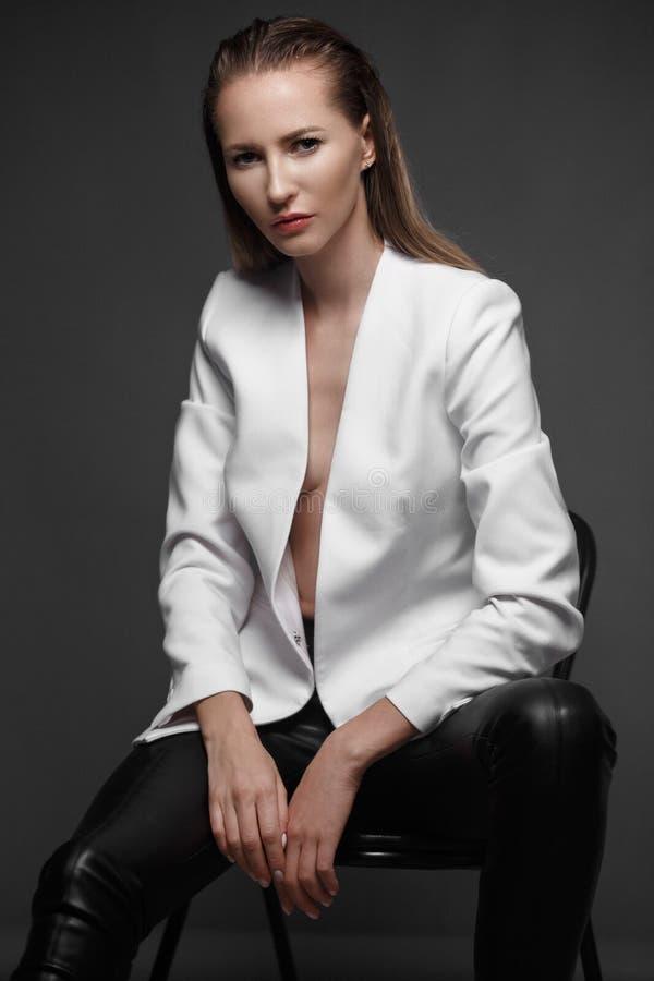 与长的头发,年轻欧洲有吸引力,美丽的眼睛的性感的时装模特儿,完善的皮肤在演播室摆在为 库存照片