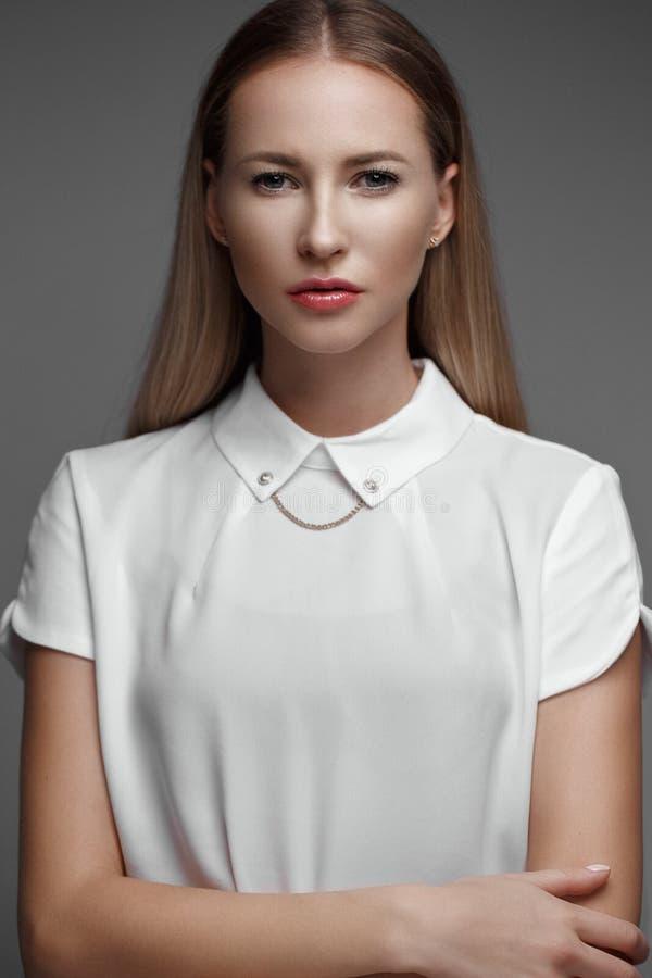 与长的头发,年轻欧洲有吸引力,美丽的眼睛的性感的时装模特儿,完善的皮肤在演播室摆在为 免版税图库摄影