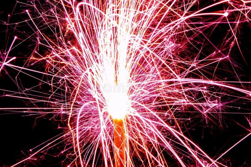 与长的曝光的燃烧的圣诞节闪烁发光物 在黑背景的美丽的闪烁发光物烟花火焰 烟花被弄脏的光  库存图片