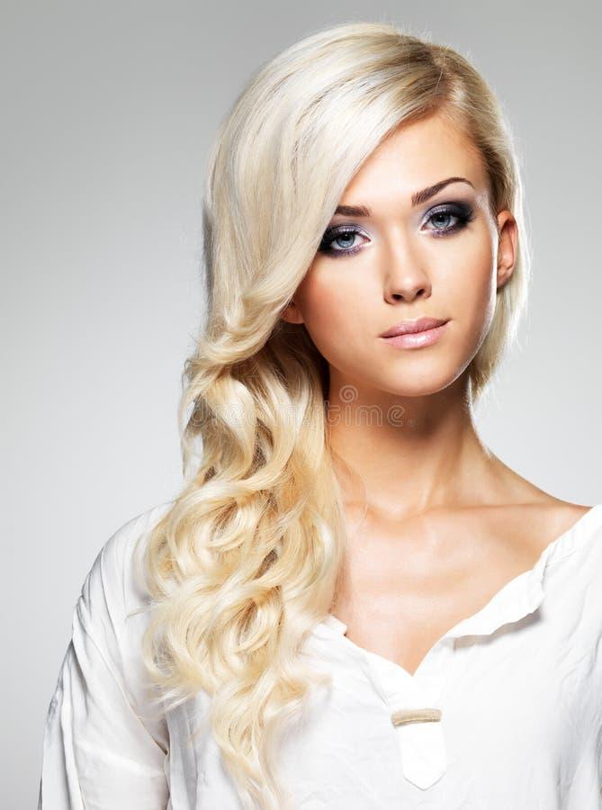 与长的白发的时装模特儿 免版税库存照片