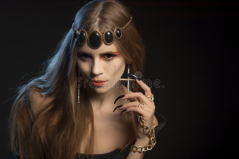 与长的睫毛的黑天使 使变冷的注视 天万圣夜的图象 库存图片