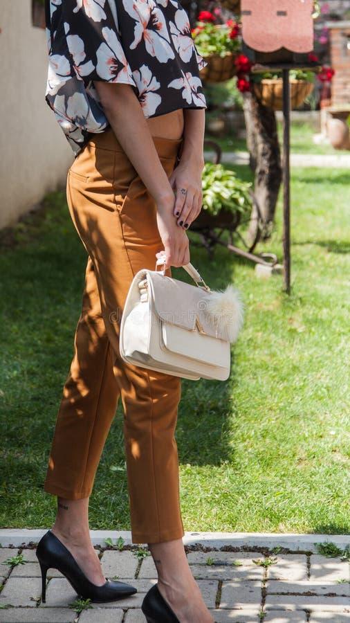 与长的腿的年轻有吸引力的女性模型在黑高跟鞋 免版税图库摄影
